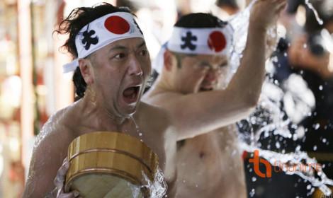 Người Nhật tắm nước đá giữa trời Đông lạnh tê tái!