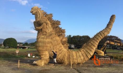 Bất ngờ với quái vật Godzilla bằng rơm tại Nhật Bản!